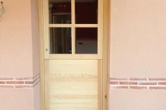Puerta exterior con cristales