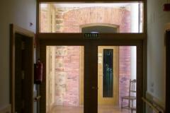 Puerta de madera acristalada