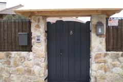 Puerta exterior en negro