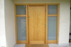 Puerta exterior de madera con cristales