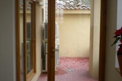 Puerta interior en madera con cristalera